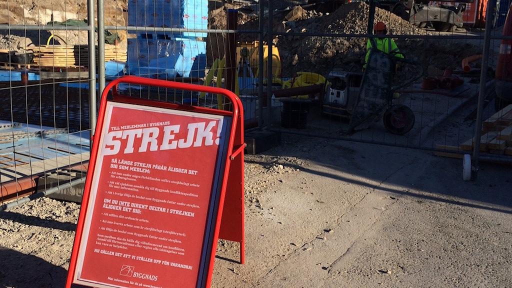 """En röd skylt där det står """"Strejk"""" med stora bokstäver."""