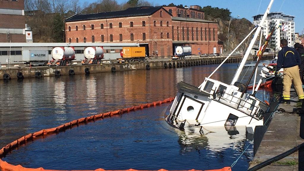 Glassbåten ligger halvvägs under ytan i Karlshamns hamn.