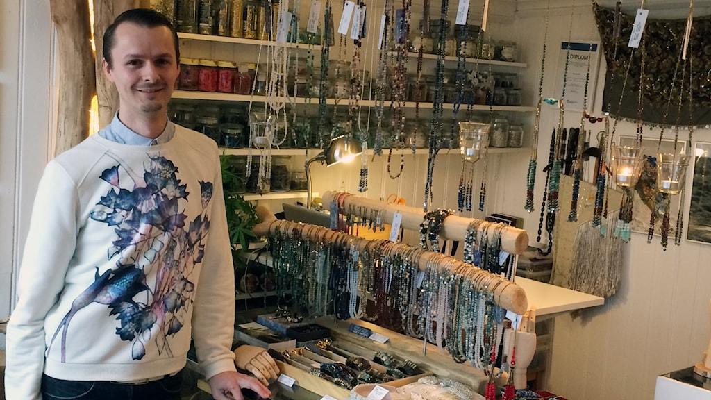 Halewijn Bulckaen står i sin butik med massor av smycken i bakgrunden