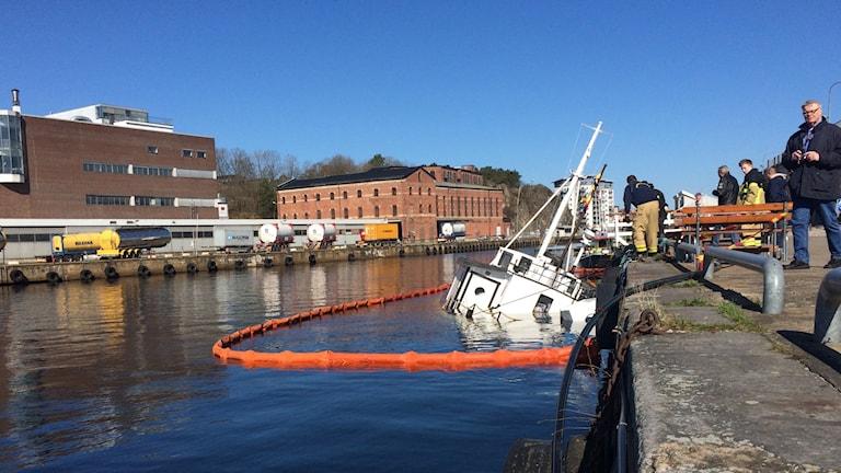 Masten på glassbåten i Karlshamn. Resten av båten är under vatten.