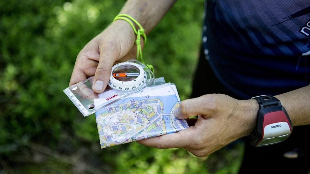 Orienterare med kompass och karta