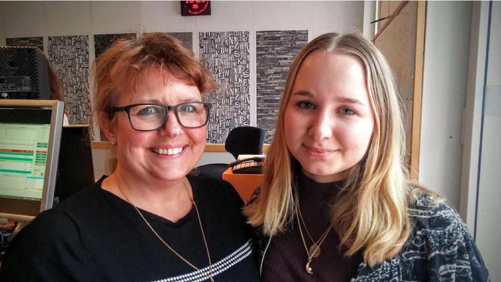 Catarina Wallin och Frida Wallin som pratar med de som ringer theswedishnumber.com