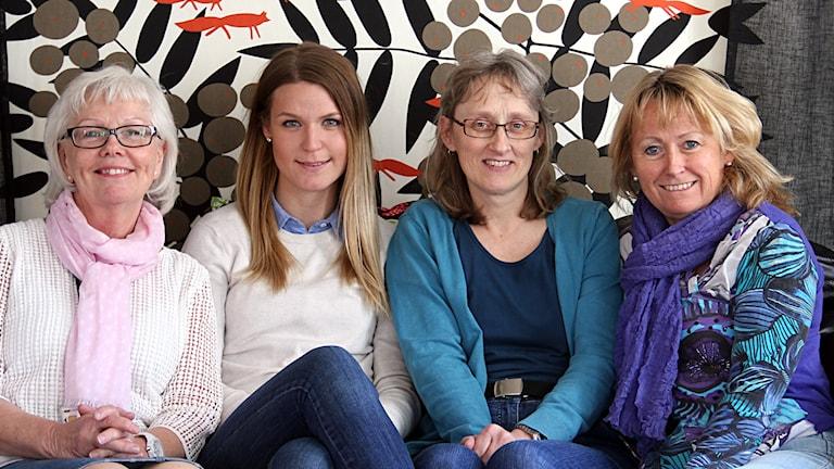Blekinges folkhälsostrateger Lisbeth Andersson, Malin Hildingsson, Carina Svärd och Gerthi Persson sitter i en soffa.