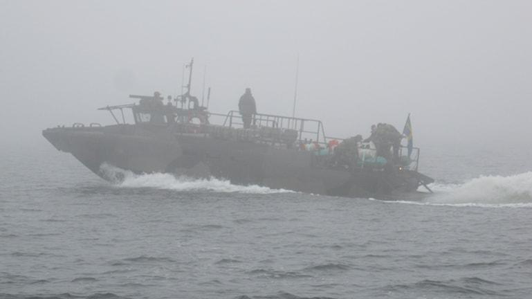 En av Hemvärnets Stridsbåt 90 förbereder minutläggning i Blekinges skärgård.