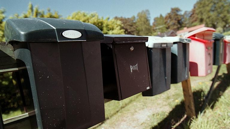 Flera brevlådor på rad.