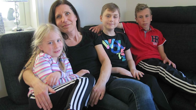 Mamman Anette Andersson med barnen Ella, Erik och Emil Svensson.