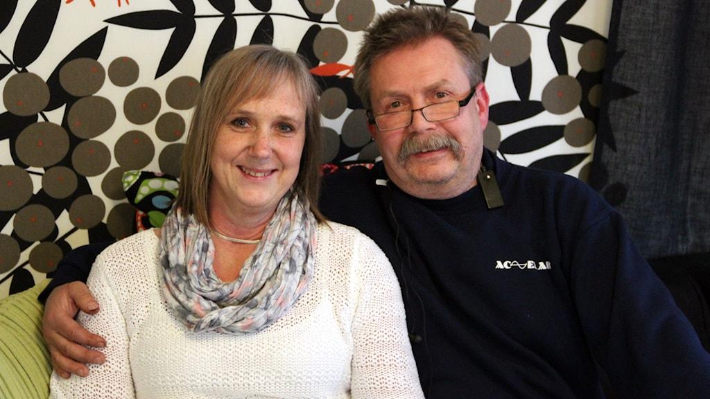 Lena och Arne Nilsson från Spjutsbygd sitter i en soffa.