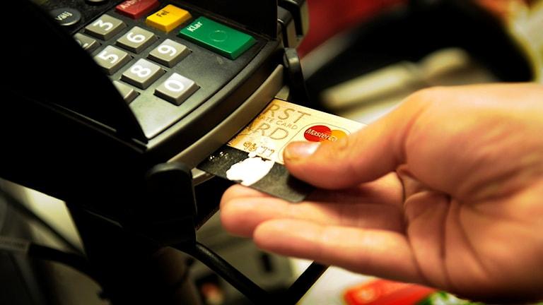 En person betalar med ett kontokort. Foto: Jurek Holzer/TT