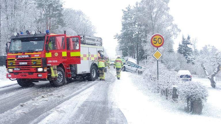 En brandbil som står på en snöig väg.
