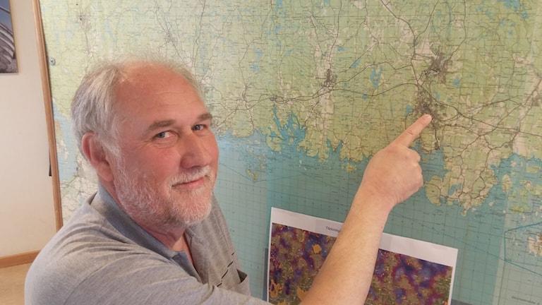 Projektledaren Bengt Pettersson pekar ut Ronneby på en karta. Foto: Per Dahlberg/Sveriges Radio