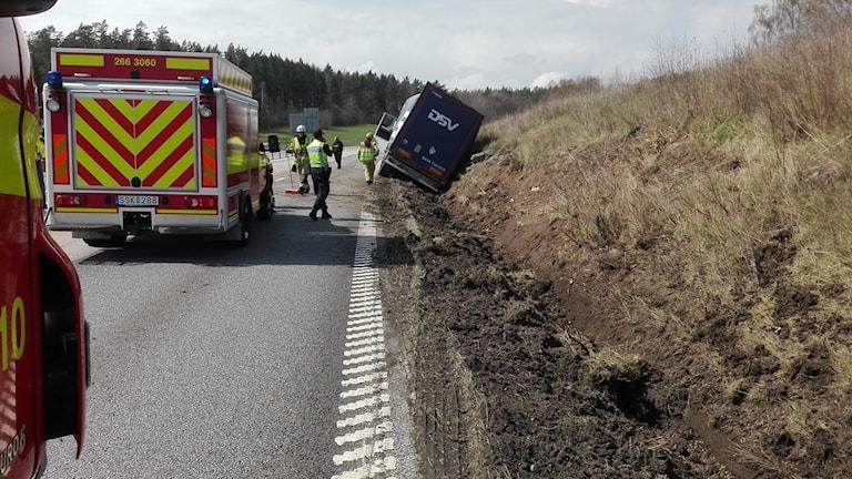 Lastbil har kört av vägen.