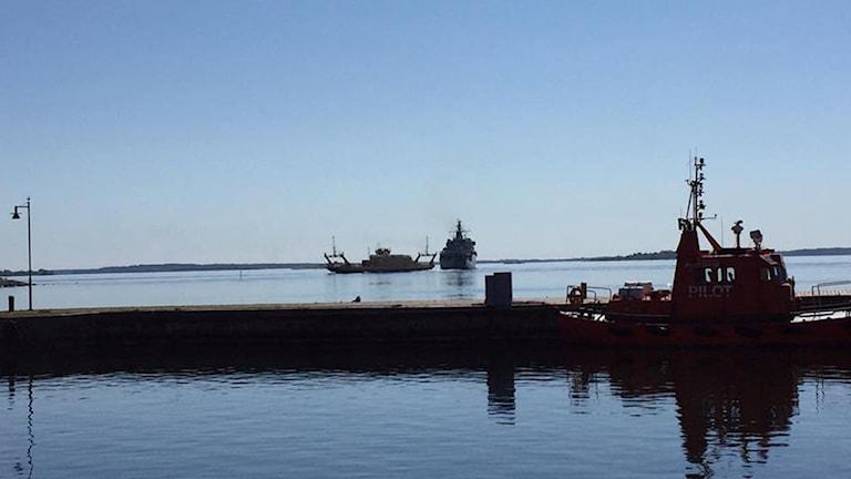 HMS Carlskrona och Aspöfärjan krockar.