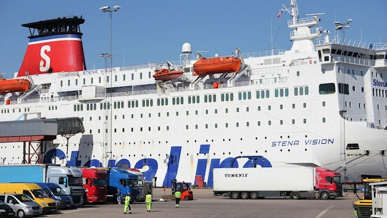 En av Stena Lines färjor tar ombord lastbilar.