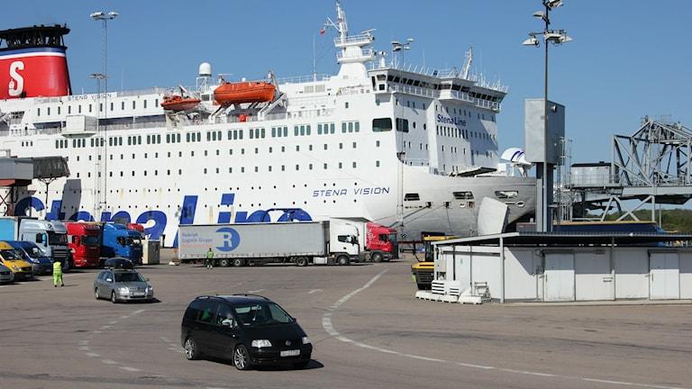En av Stena Lines färjor lastar ombord bilar och lastbilar.