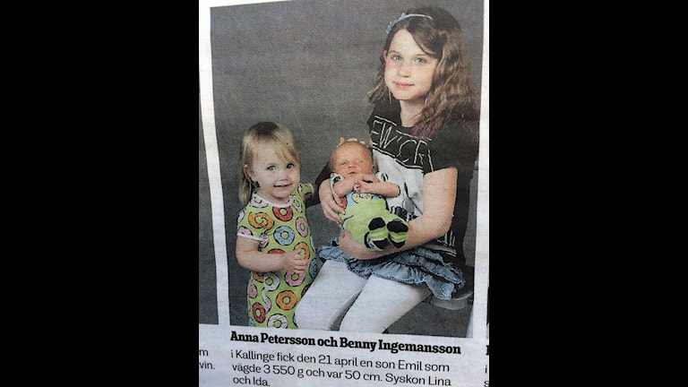 En annons för nyfödda i Sydöstran där syskonen Ida, Lina och Emil syns.