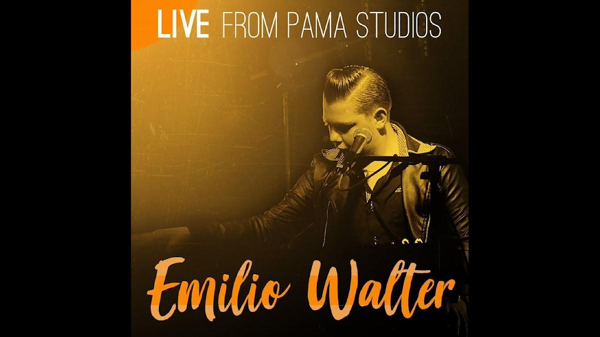 Skivomslaget till Live from Pama Studios, Emilio Walter sjunger in i en Mikrofon