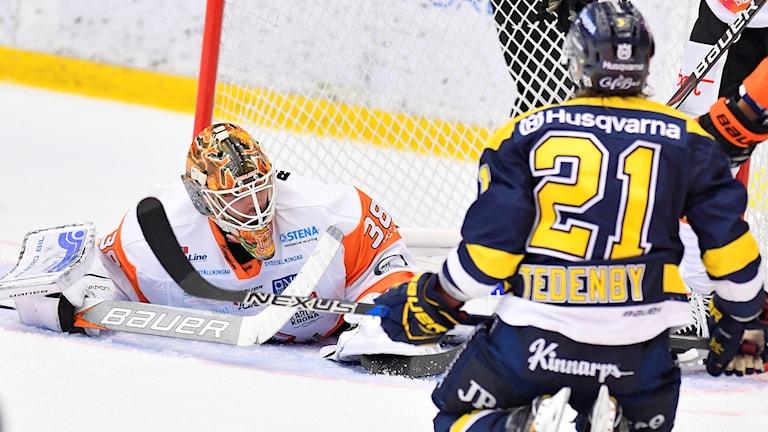 Karlskronas målvakt Johannes Jönsson under måndagens ishockeymatch i SHL mellan HV71 och Karlskrona HK på Kinnarps Arena.