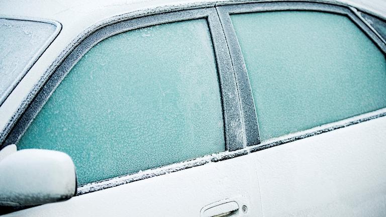 En bilruta täckt av frost