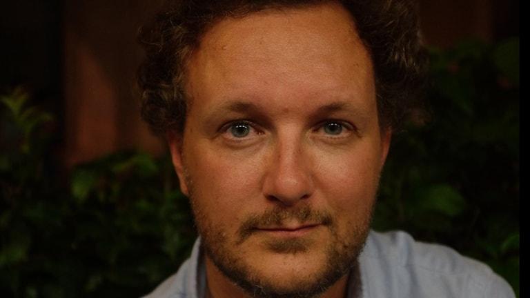 En närbild på Wiktor Ericsson, regissör till filmen Jordgubbslandet.
