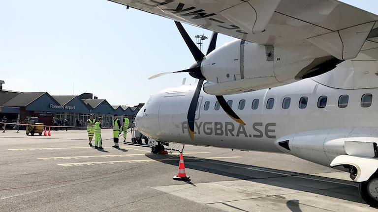 Flygplan inväntar resenärer på Ronneby flygplats.
