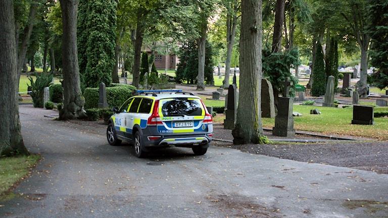 polisbil på kyrkogård