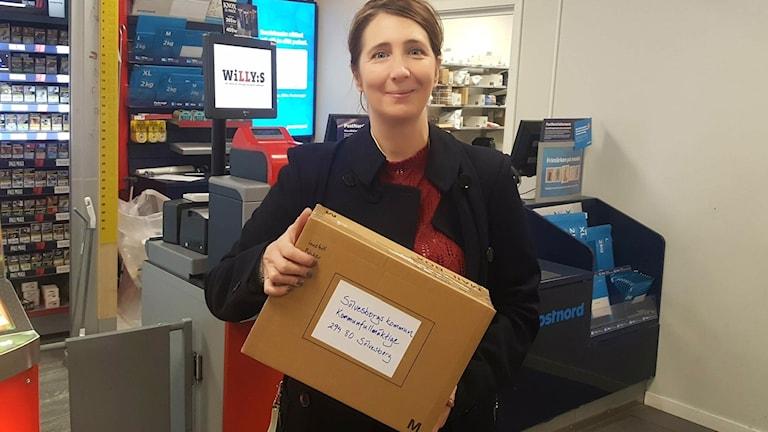 Torhild Elisabet Sandberg med paket