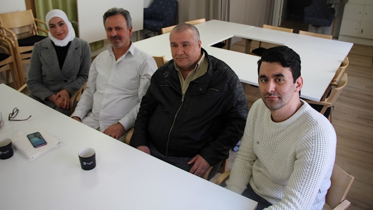 Seham, Amen Alsheikh, Fayez al Yousef och tolken Alad Taleb vid ett vitt bord. Foto: Mikael Eriksson/Sveriges Radio