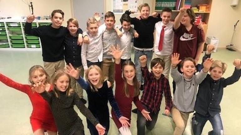 Årskurs 5 på Hasslöskolan jublar i sitt klassrum.