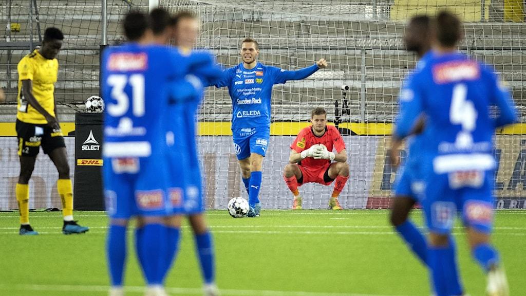 Fotbollsspelare jublar efter mål.