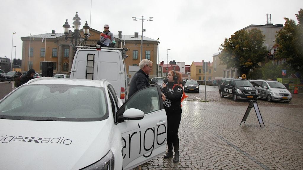 Programledare Matilda intervjuar Kennth Ingemarsson.