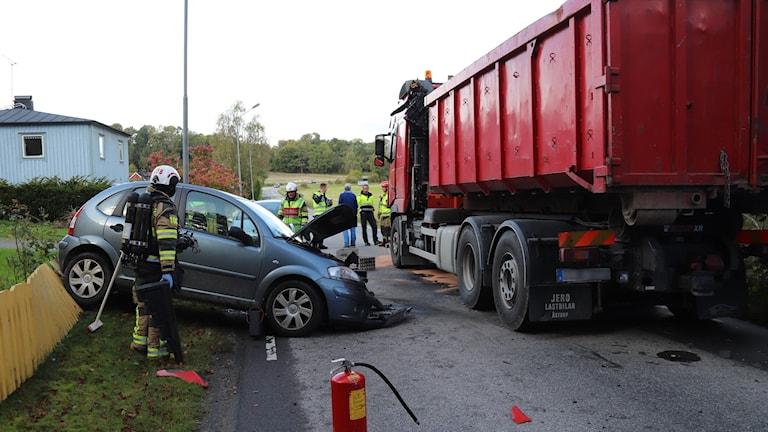 Olycka mellan bil och lastbil.