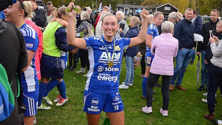 Lova Hansson Asarums IF jublar. Foto: Torbjörn Sunesson.