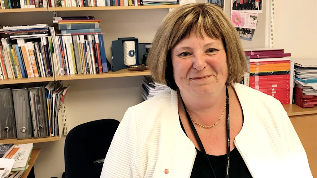 Riksdagsledamoten Suzanne Svensson sitter vid sitt skrivbord.