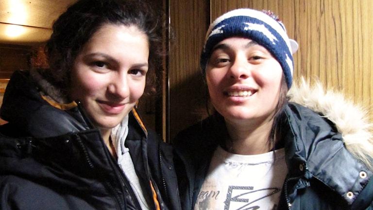En närbild på två tjejer.