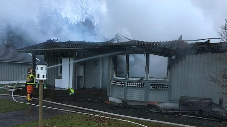 Rester av den eldhärjade villan på Aspö.
