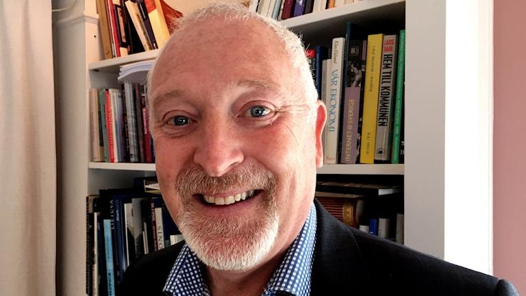 En porträttbild på en glad Patrik Hansson