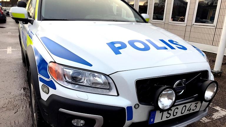 En polisbil sedd framifrån