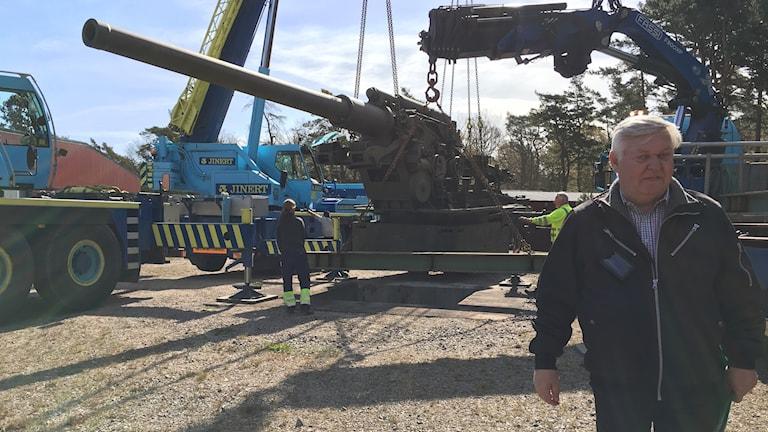 Biträdande museiföreståndare hans assarsson intill den gigantiska kanonen.
