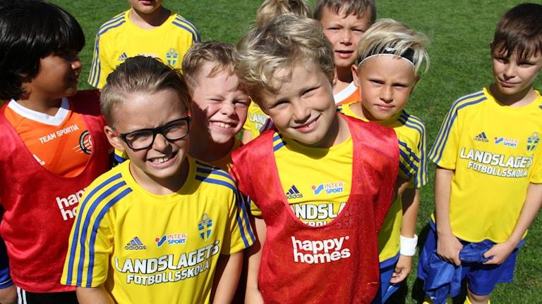 Några av deltagarna vid FK Karlskronas fotbollsskola. Längst fram Liam Karlsson och Felix Viklund.