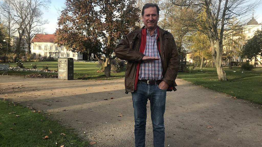 Kenneth Johansson i Hoglands park där vattnet kommer att stå högt vid en översvämning.