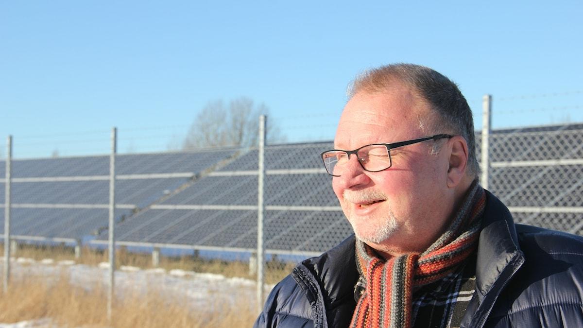 Per-Gunnar Johansson kisar mot solen skiner över solparken norr om Rödeby