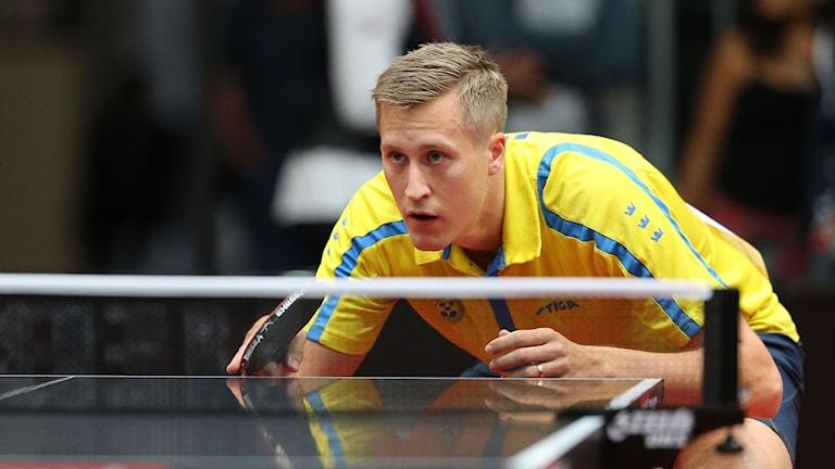 Bordtennisspelaren Mattias Karlsson står beredd att ta emot bollen.