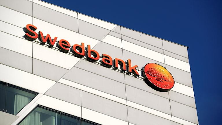 Swedbanks logga på en fasad.