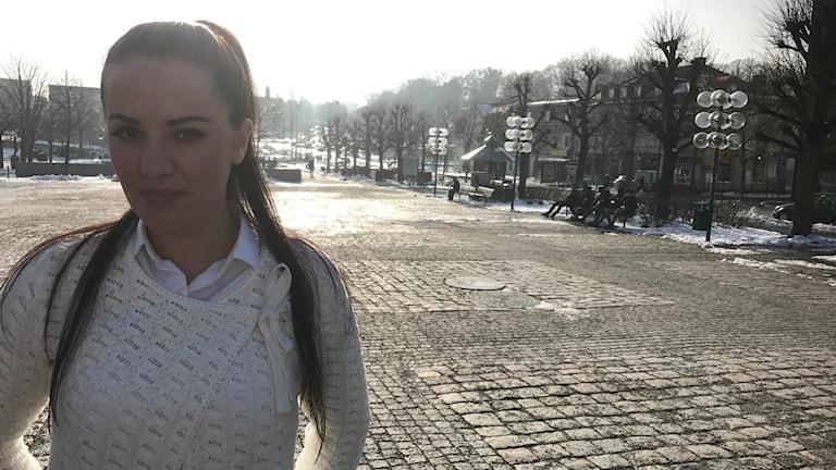 Ella Selmani är fotograferad på torget i Ronneby.