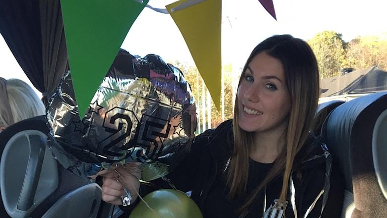 Asarums målvakt Hanna som firar födelsedag på spelarbussen med ballonger och god fika.