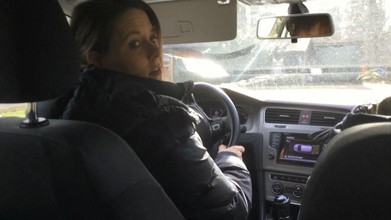 Sjuksköterska i hemsjukvården kör bil