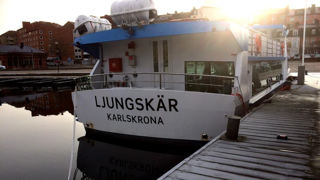 En bild på skärgårdsbåten Ljungskär i hamn.