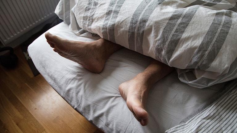 Fötter på en säng.