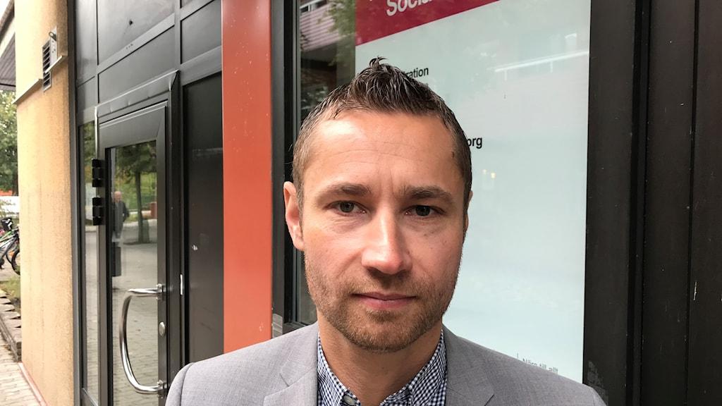 Robert Schelin, verksamhetschef för funktionsstöd i Olofströms kommun står utanför fasaden till socialförvaltningen.