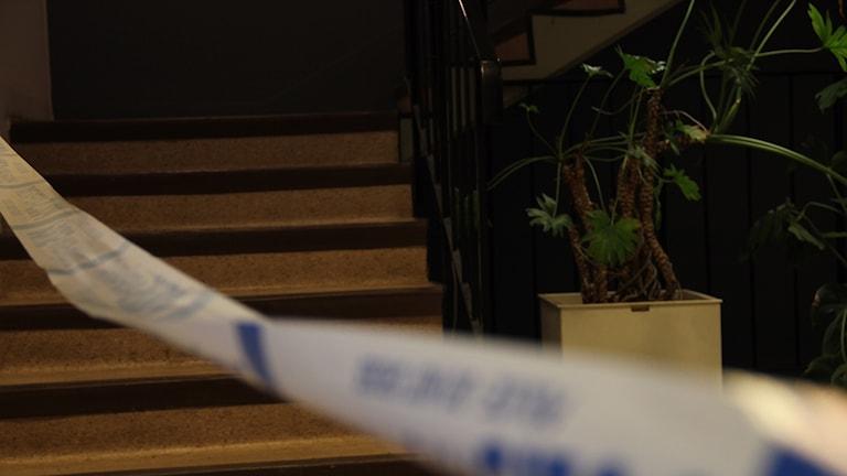 En trappa inne i lokalerna på Oscarsvärn, med ett vitt och blått avspärrningsband från polisen framför.